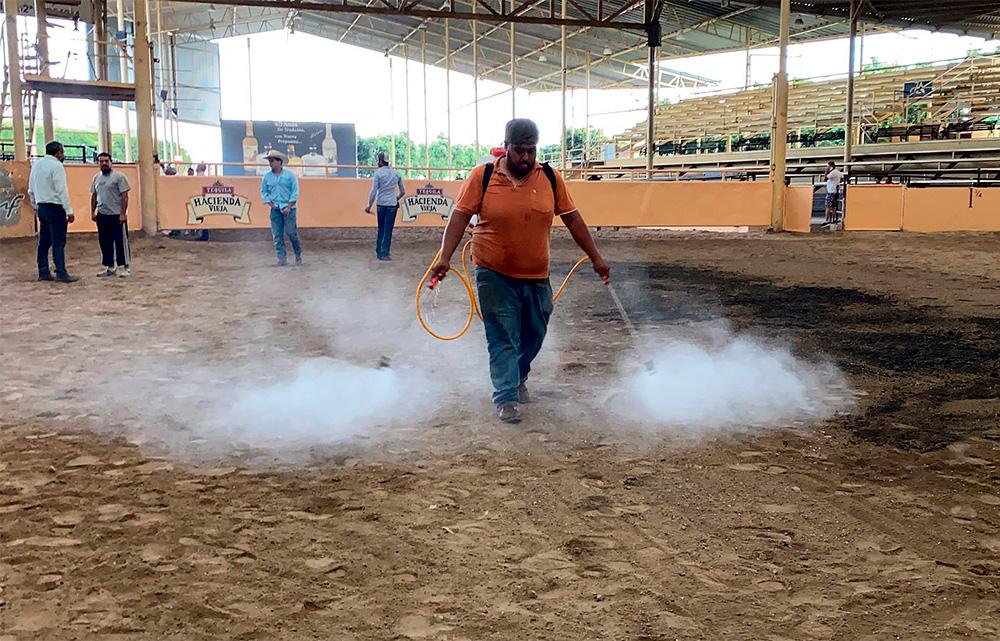 Se le dan los últimos detalles al terreno de competencias previo al inicio del Campeonato Millonario Tequila Hacienda Vieja 2021