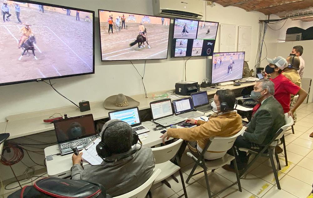 Los jueces no pierden detalle de las acciones de los caladeros del Campeonato Millonario Tequila Hacienda Vieja 2021, apoyados por tecnología de punta