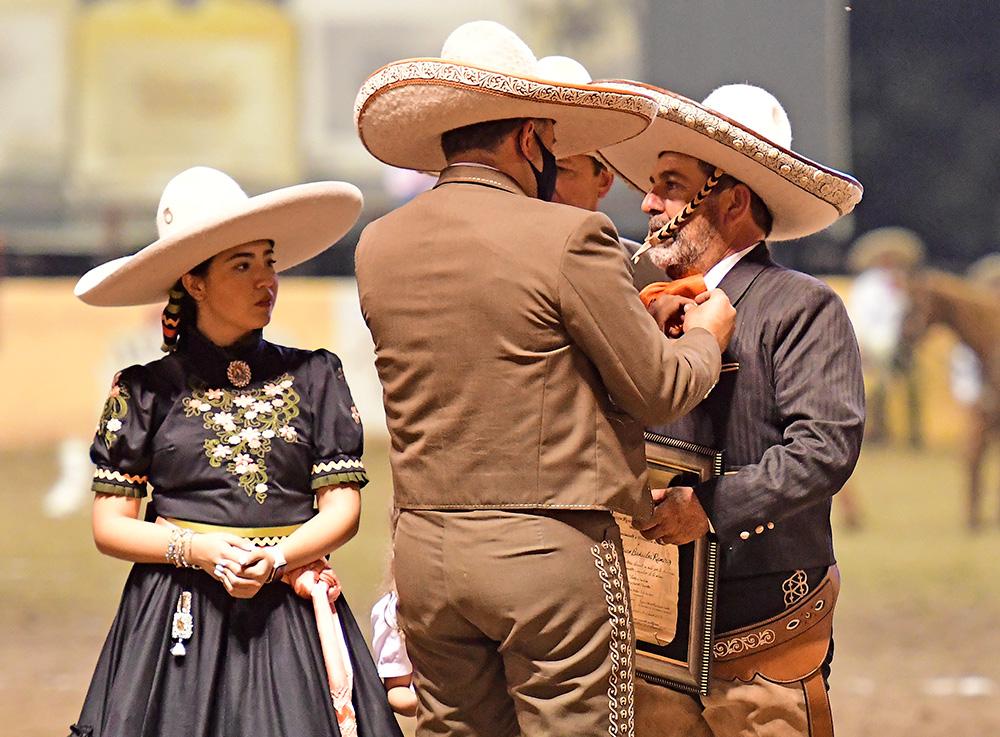 Momento en que el presidente de la Federación, José Antonio Salcedo López, impone la Herradura de Oro a Don Juan Bañuelos Ramírez