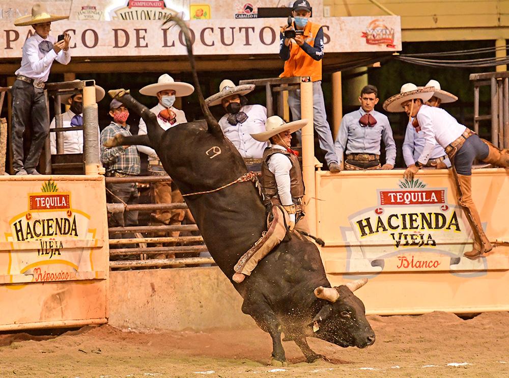 Fortísimo reparo que aguanta con mucha habilidad Alfonso Orozco, jinete de toro de los Tres Regalos de Quintana Roo