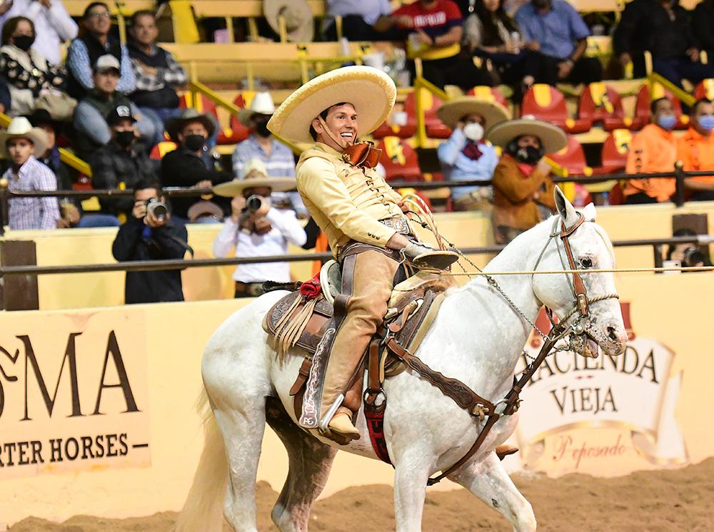 Inconmensurable alegría de Alberto Mora al derribar su tercera mangana a caballo, sellando la épica victoria de Rancho El Quevedeño
