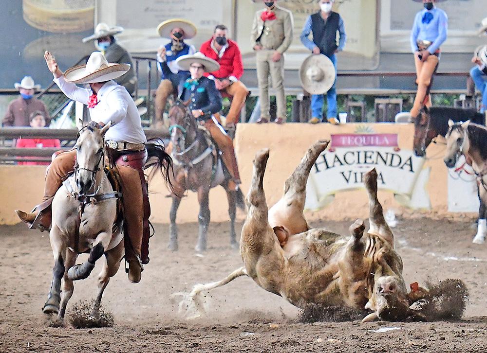 Yamil García Casado abanicando en corto terreno a este toro, sumando 14 tantos para la Cuenca del Papaloapan