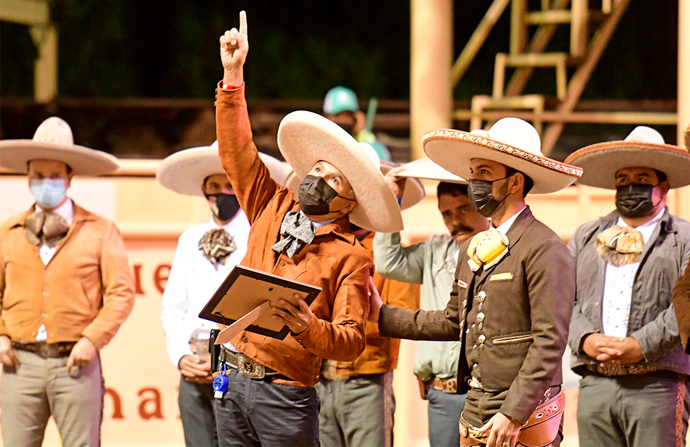 José Juan González Saucedo recibió el reconocimiento que entregó el comité organizador a la memoria del juez Salvador Saucedo Delgado